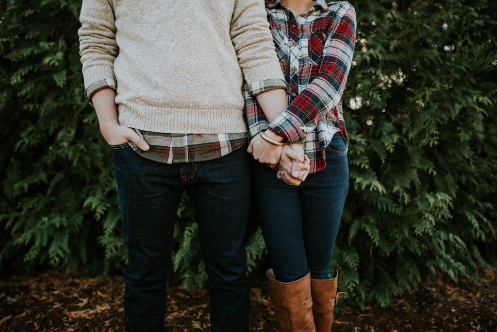 Un couple se tenant par la main
