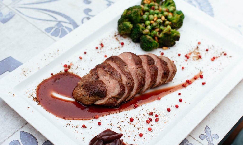 Assiette gastronomique avec des brocolis et de la viande de porc