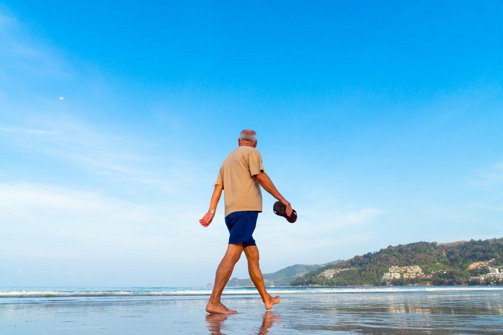 Sénior marchant sur la plage
