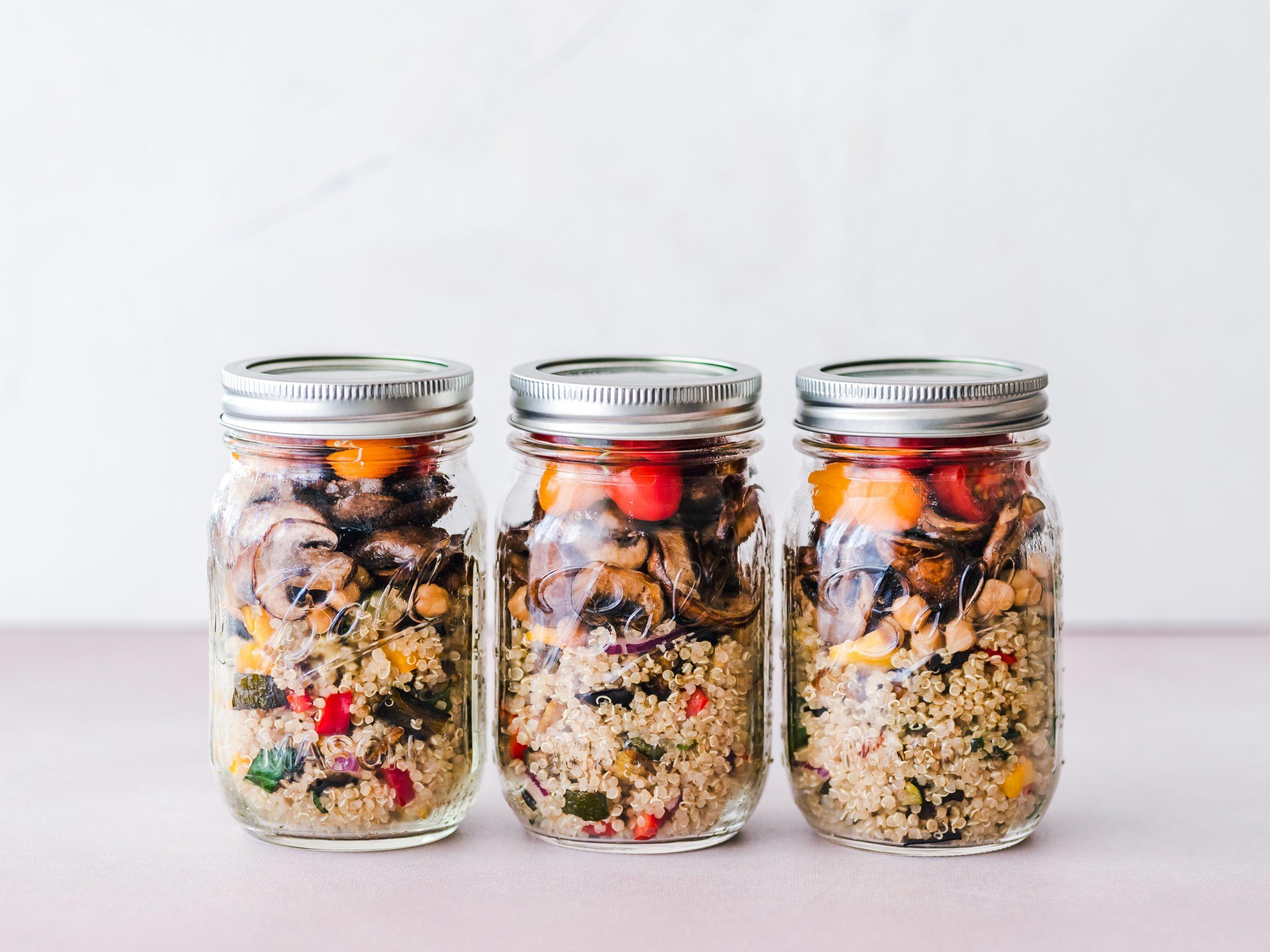 3 pots transparents remplis d'aliments qui constituent une salade composée