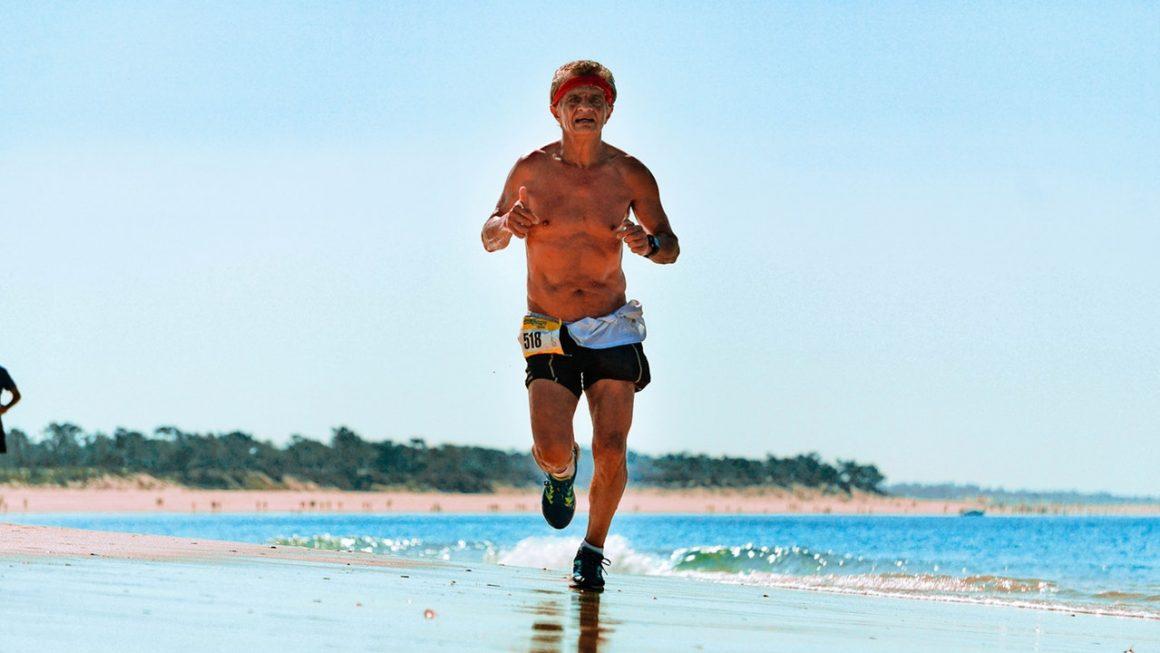 Homme qui court sur la plage