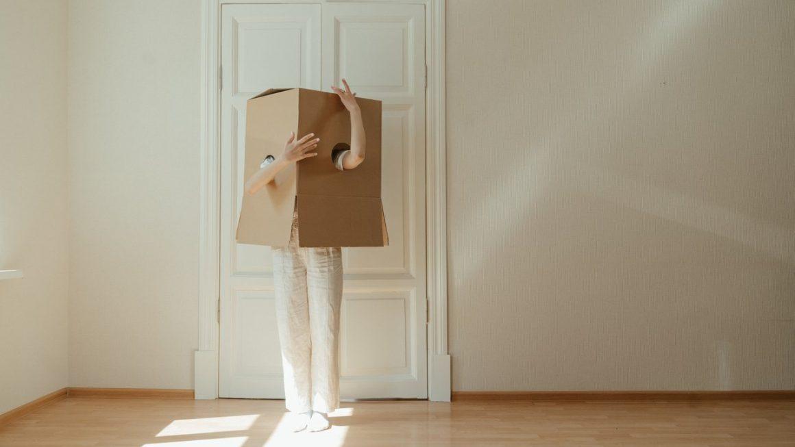 Personne avec un carton sur la tête